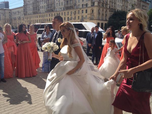 Ксения и Курбан заходят в загс. Рядом с Ксенией Анна Городжая, свадебный распорядитель агентства «Свадьберри»