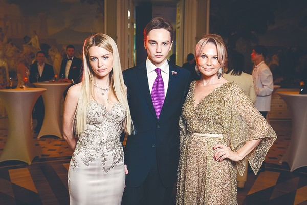 Милана с младшим братом и мамой