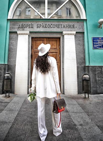 Элла выбрала для важного дня элегантный белый костюм