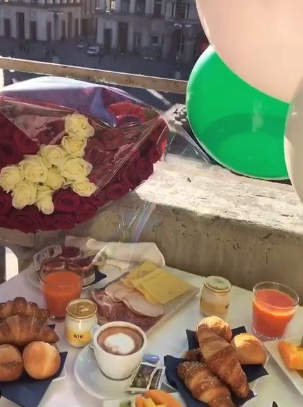 С утра Антон порадовал жену букетом из роз