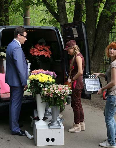 Знакомство персонажей Гарика и кристины начинается с букета цветов