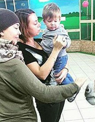 Певица с сестрой и сыном в контактном зоопарке