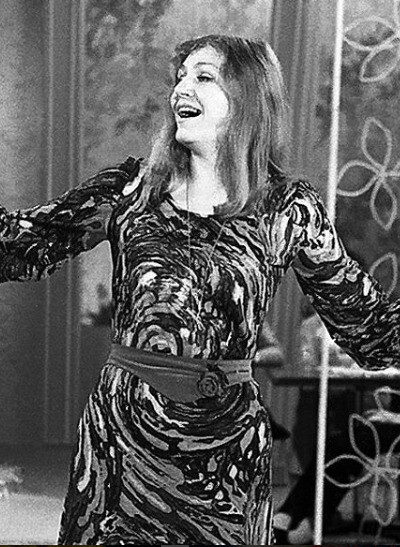 На сцене она никогда не танцевала, просто пела