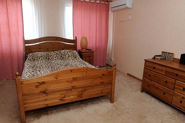 Спальня родителей актера, они останавливаются в ней, когда приезжают в гости