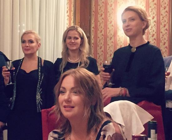 Артисты празднуют воссоединение после окончания института