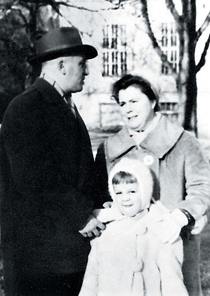 Маленькая Любовь со своими родителями Юрием Игнатьевичем и Лидией Александровной