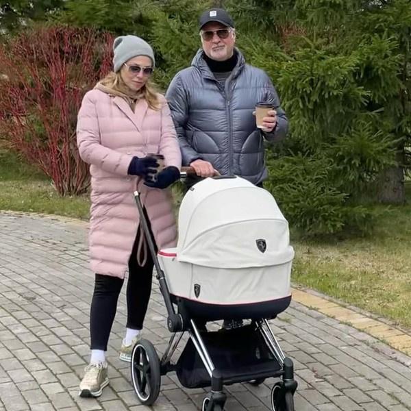 Валерий и Альбина вместе гуляют с ребенком