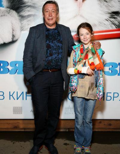 Михаил Ефремов с дочкой Верой посмотрели фильм «Девять жизней»
