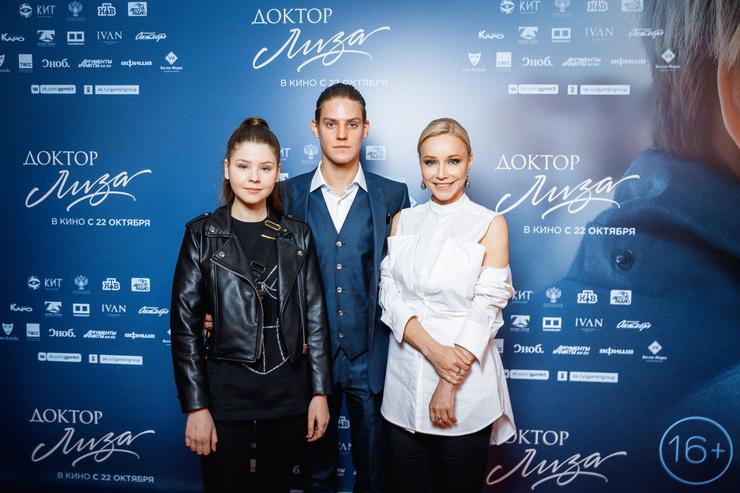 Марина Зудина с сыном и дочерью