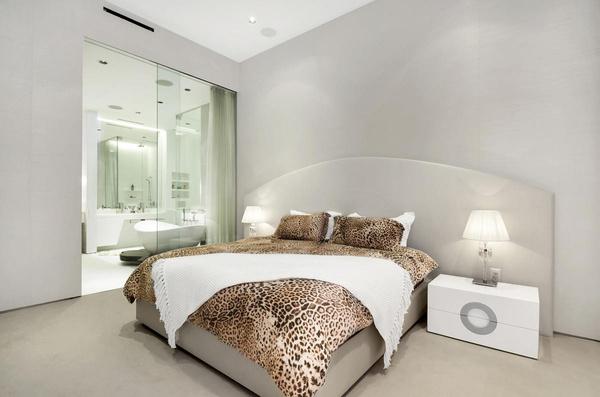 В квартире Иры две спальни