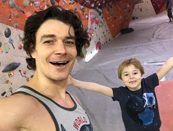 Играя с сыновьями, актер и сам возвращается в детство