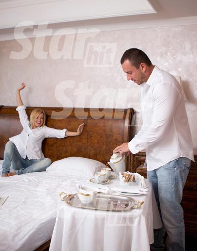 Миша балует Ксюшу завтраком в постель: кофе, круассаны, фрукты