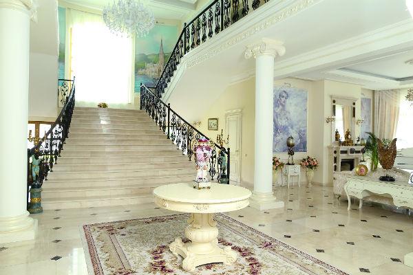 Первое, на что обращаешь внимание при входе в особняк - шикарная мраморная лестница