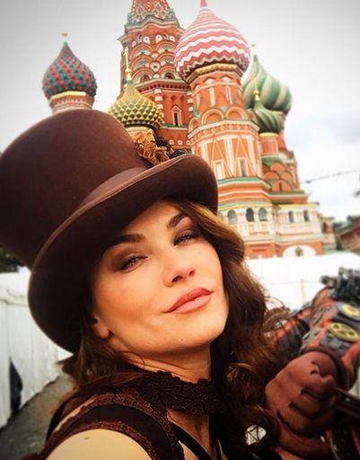 Мария Берсенева позирует на фоне храма Василия Блаженного