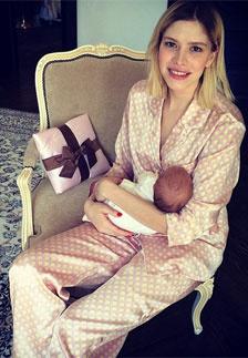 Елена Перминова с новорожденной дочерью