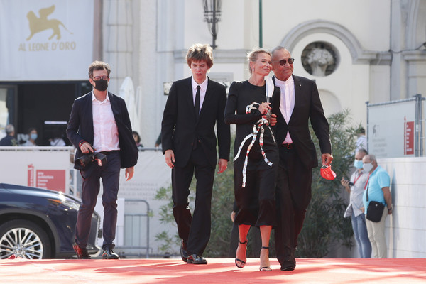 Андрей Кончаловский прилетел с сыном и женой представлять фильм в Венеции