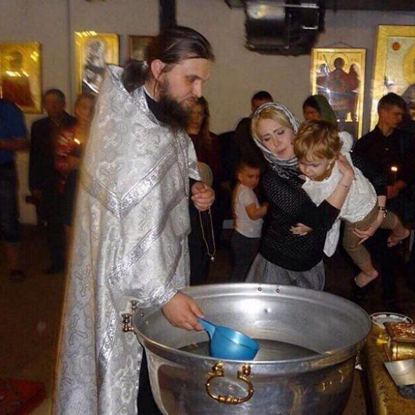 Фото из церкви с крестин облетело социальные сети