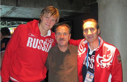 Андрей кириленко с отцом Геннадием Ивановичем (на фото в центре), который привел его в баскетбол