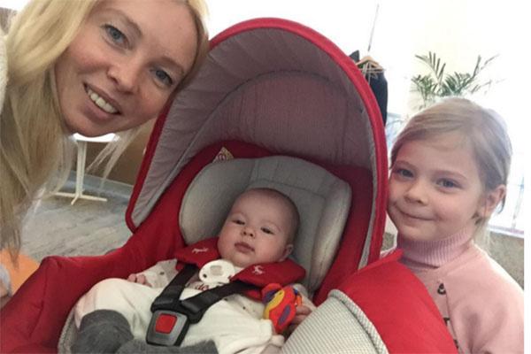 «Наш табор вылетает в Сочи», - подписала фото с дочками Мишель и Лизой Татьяна Тотьмянина
