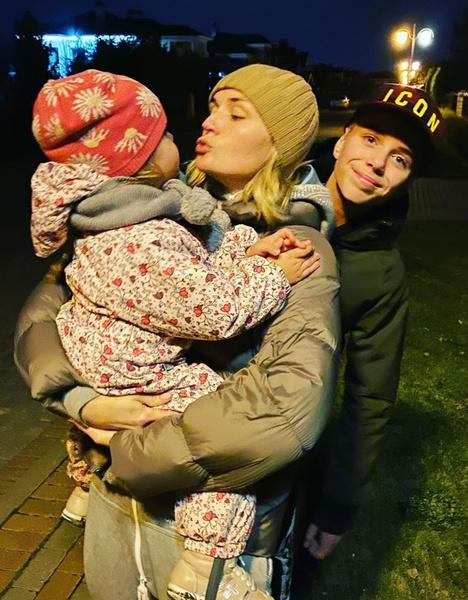 Полина Гагарина воспитывает двоих детей