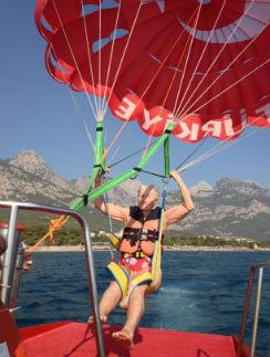 Юлия Яковлевна благополучно приземлилась на катер после первого в жизни полета на парашюте