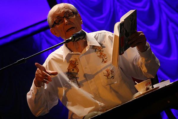 Евгений Евтушенко во время чтения поэмы «Дора Франк» в Петербурге. 2014 год.