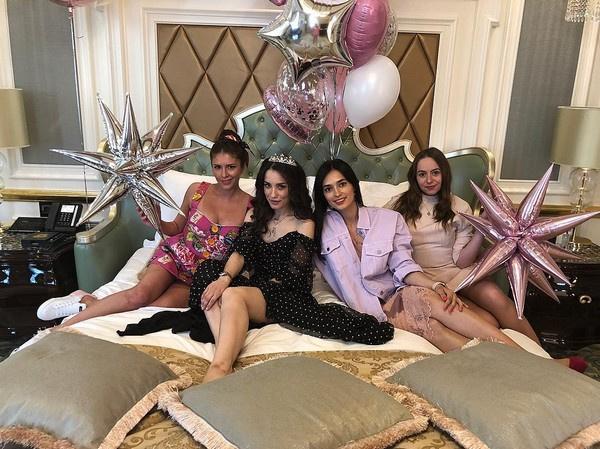 Подруги Виктории повеселились на славу в номере роскошного отеля