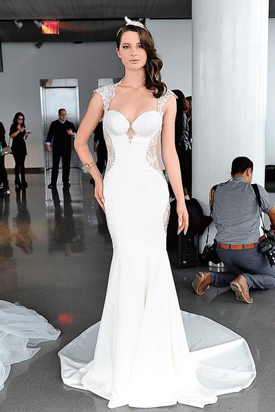 Пелагея выбрала эту модель платья. Хотела заказать его в голубом цвете, но в салоне ее уговорили на классический белый