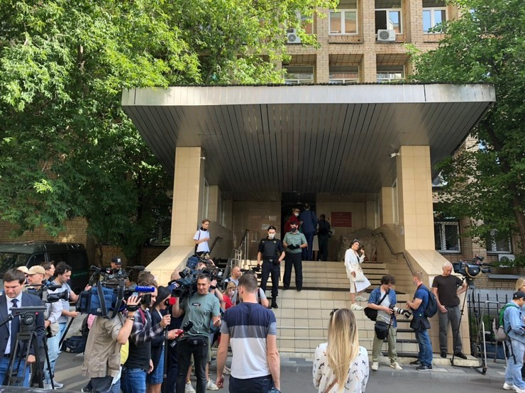 У здания суда дежурят журналисты