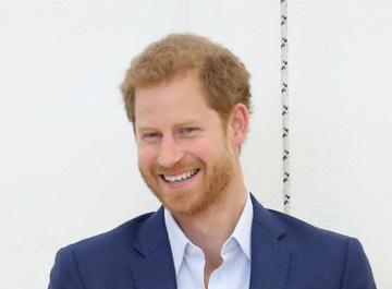 Принц Гарри поздравил детей-сирот с Рождеством в образе Санта-Клауса