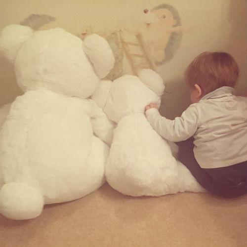 Ваня любит играть с мягкими игрушками