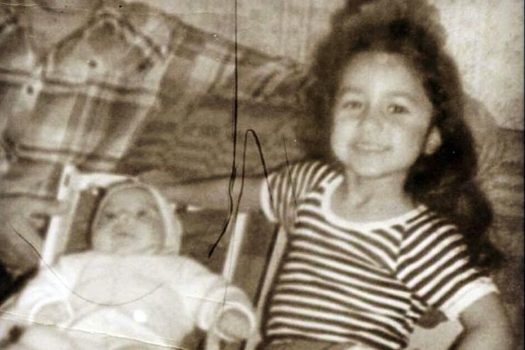 «Я была творческим ребенком и, когда родился мой брат Рома, умоляла папу назвать его Михаилом Боярским… Моя двоюродная сестра появилась в нашей семье в 1988 году, после землетрясения в Армении, унесшего жизни огромного количества людей», — делилась Зара