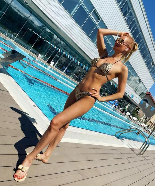 Блондинка занимается спортом и следит за питанием