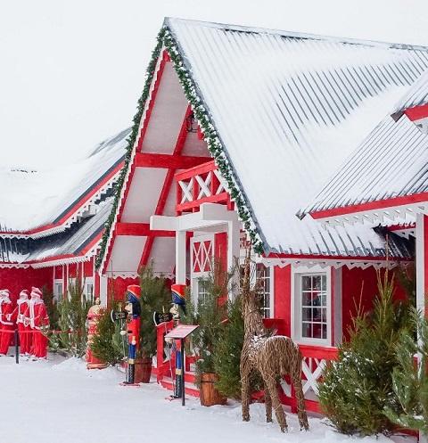 К Новому Году на Кремлевской набережной царит настоящая зимняя сказка