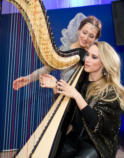 Марика Кравцова играет на арфе