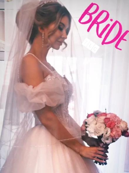 Ольга не стала отступать от традиции и выбрала белое платье