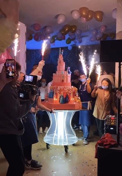 В финале праздника вынесли торт