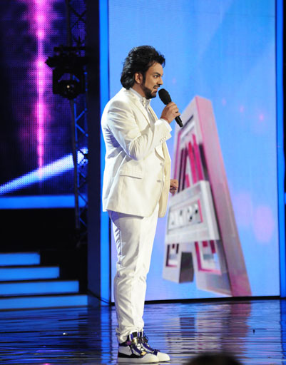 Для съемок в первом выпуске программы пeвец выбрал шикарный белоснежный костюм