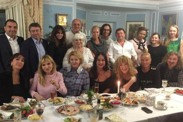 Алина Ивановна собрала своих друзей