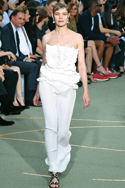 26 июня мама пятерых детей продемонстрировала идеальную фигуру на показе Givenchy