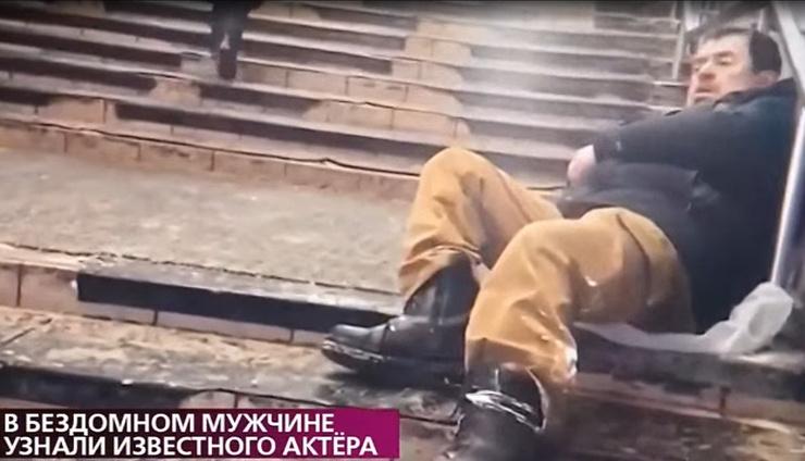 Актер вынужден был побираться у метро
