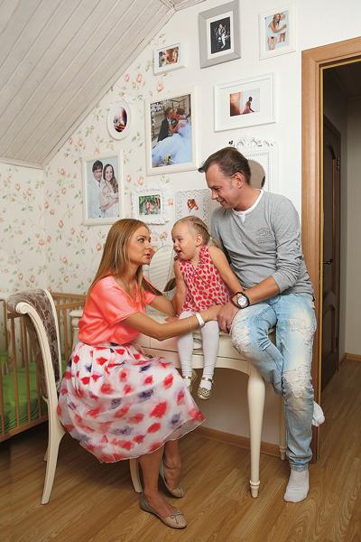 Одну из стен в спальне супругов украшают свадебные фото