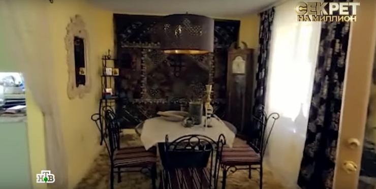 Кухня-гостиная в американском доме, где висит ковер ручной работы