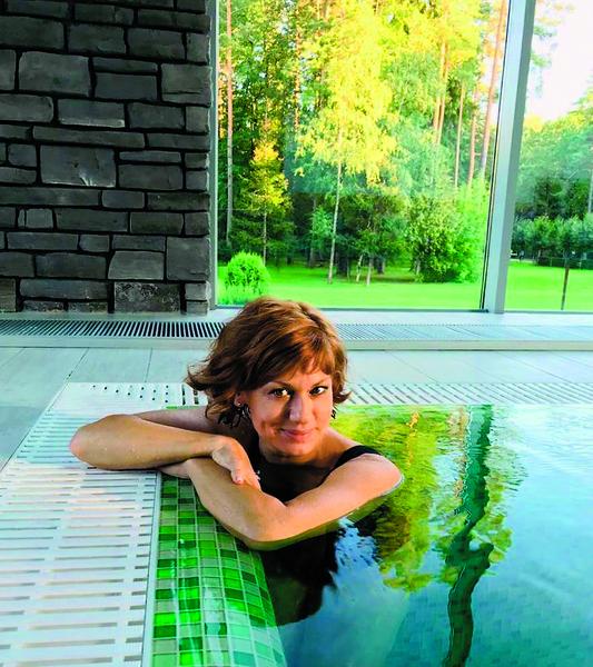 Елена любит плавание