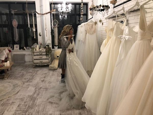 Анна примеряет свадебное платье