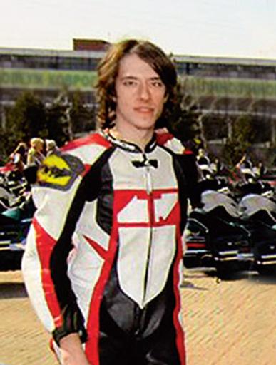 Сын певца чинит  мотоциклы и машины  состоятельным людям