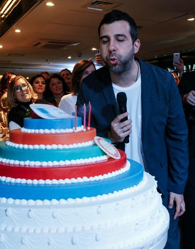 Иван Ургант задувает торт в честь трехлетия фонда «Друзья»