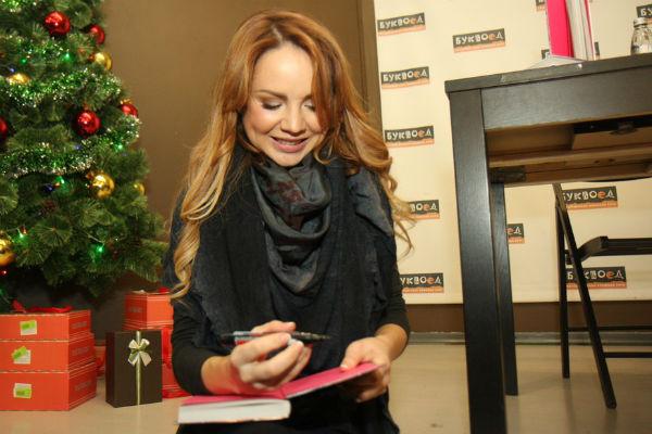 После встречи певица подписывала автографы и делала селфи