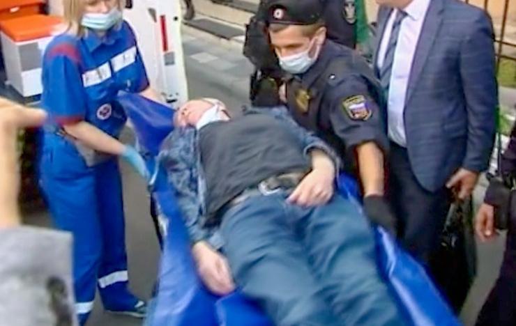 После приступа Ефремов не смог сам покинуть здание суда
