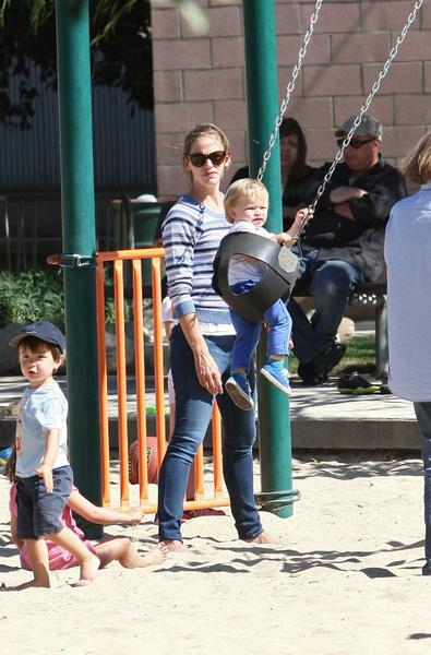 На площадке она играла с сыном